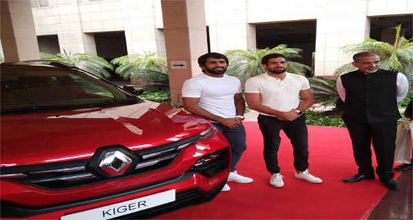 रेनो इंडिया ने रवि दहिया और बजरंग को अपनी नयी कार रेनो काइगर भेंट की