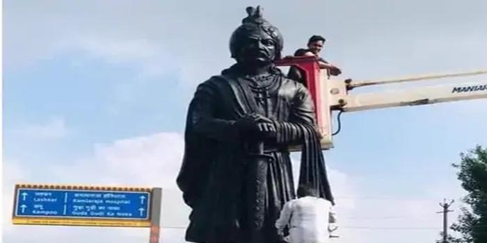 सम्राट मिहिर भोज को लेकर गुर्जर और क्षत्रिय समाज आमने-सामने   गुर्जर समुदाय ने मूर्ति लगाकर अपने समाज का होने का किया दावा