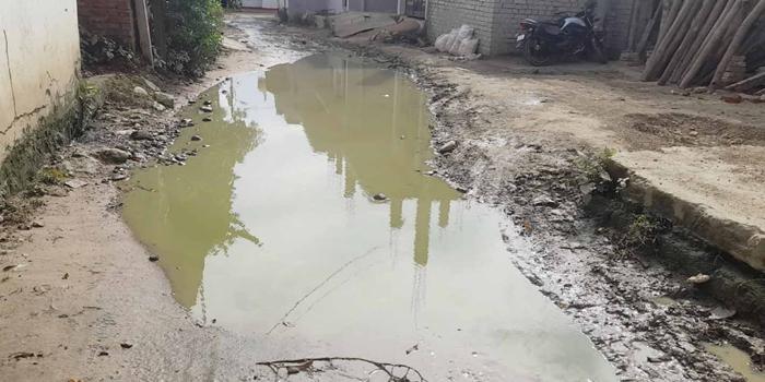 शांती मोहल्ले में घरों का पानी सड़क पर,पैदल चलना भी मुश्किल